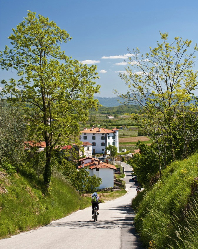 Cycling towards Gredic Castle